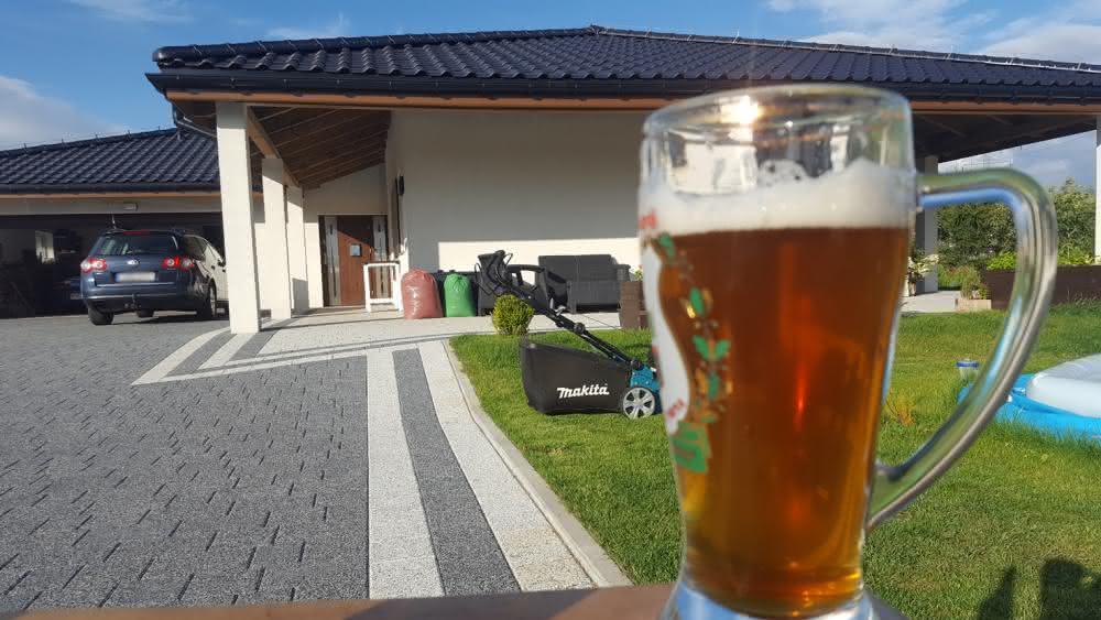 Piwo i kosiarka przed domem.jpg