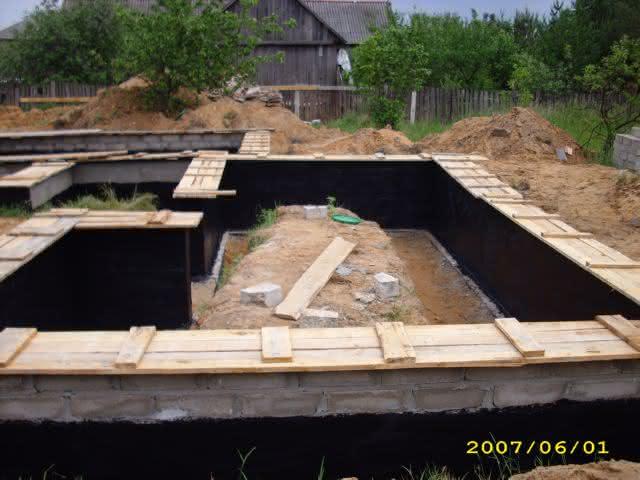 2007-06-01-izolacja pionowa ścian fund.jpg