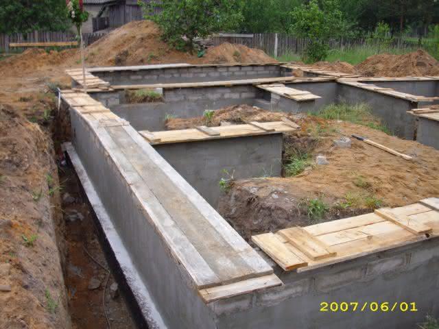 2007-06-01-zalany wieniec spinający-już wiecha?.jpg