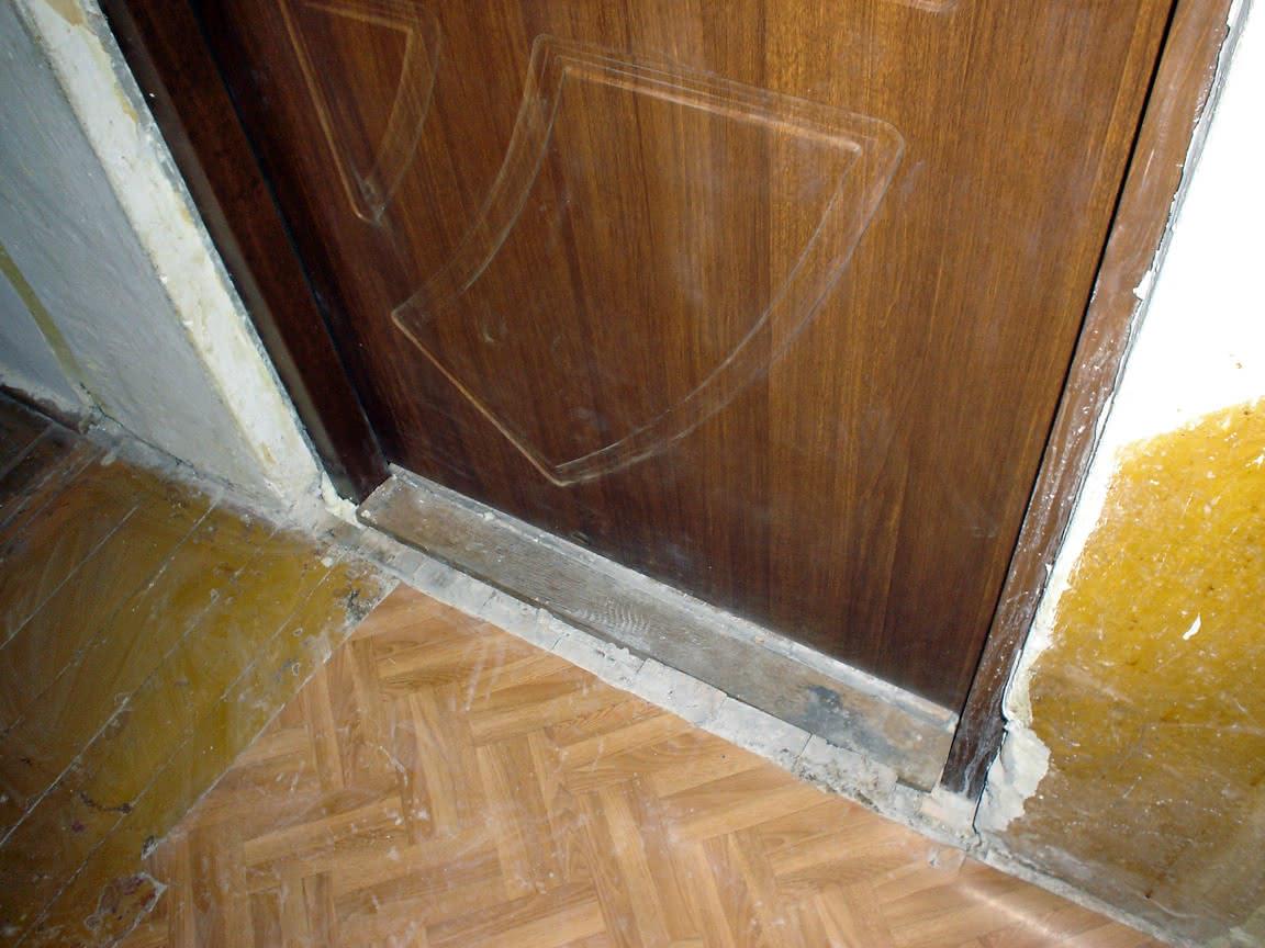 """drzwi od strony przedpokoju z nowym """"progiem"""""""