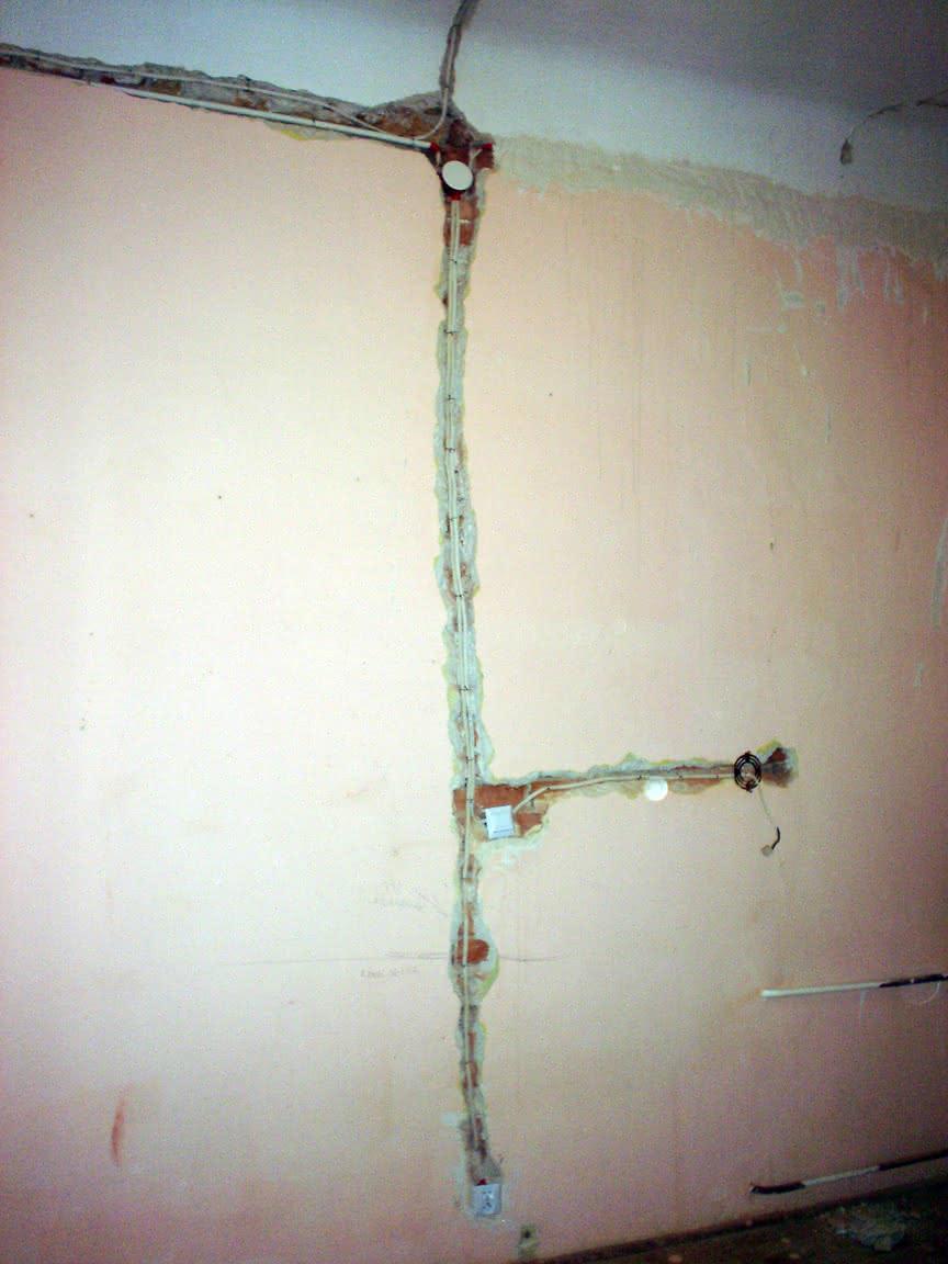 kable w ścianach