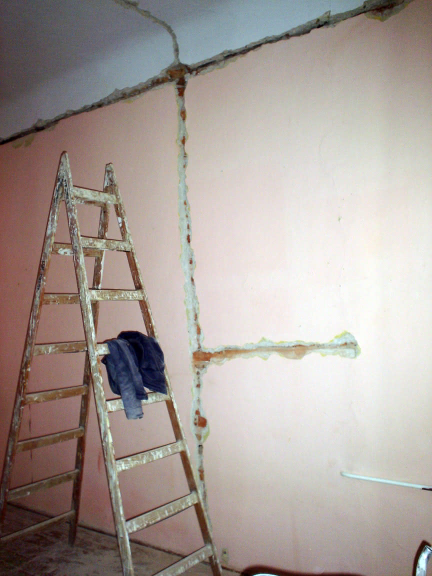 bruzdy na lampkę obok i nad sofową(pod półkową)
