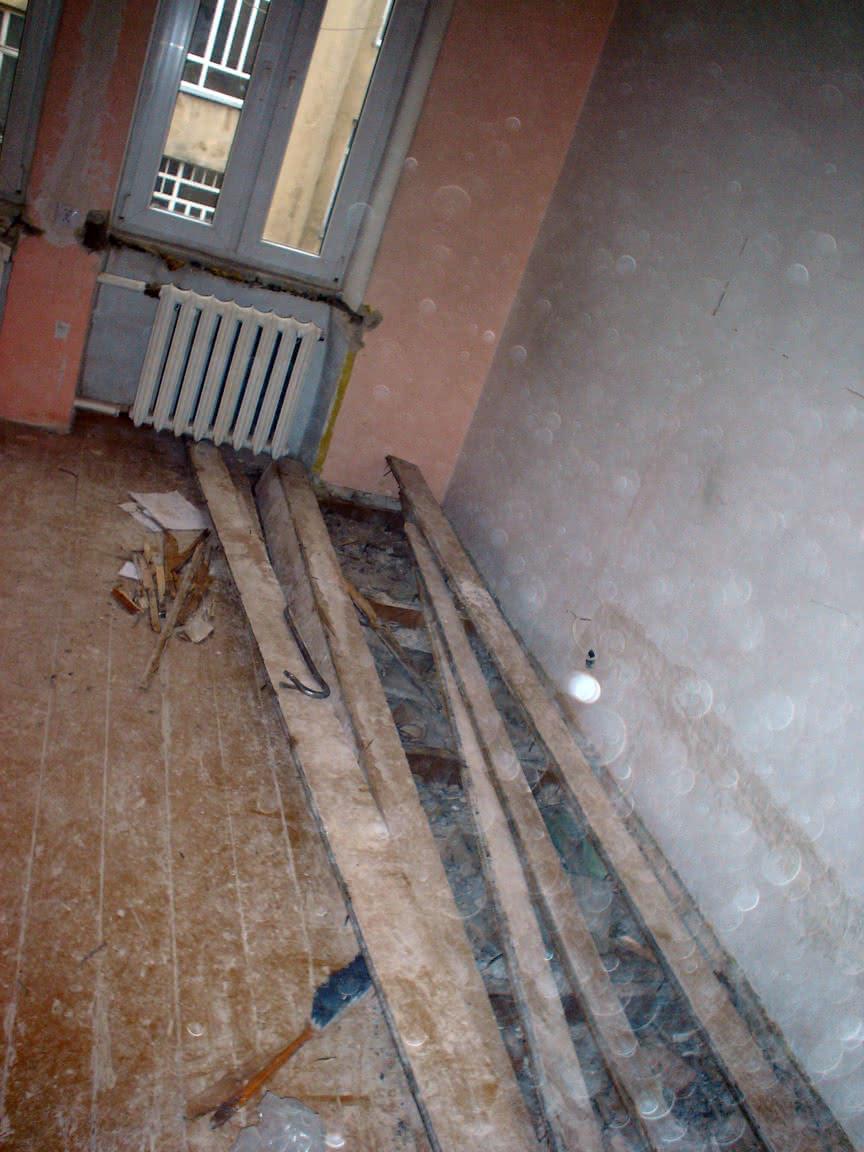 zerwany kawałek podłogi