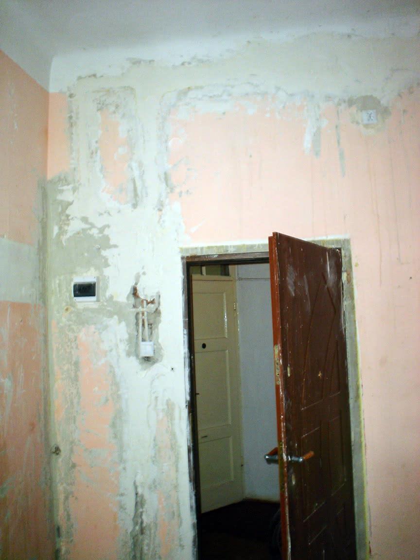 połatane bruzdy na ścianie drzwiowej