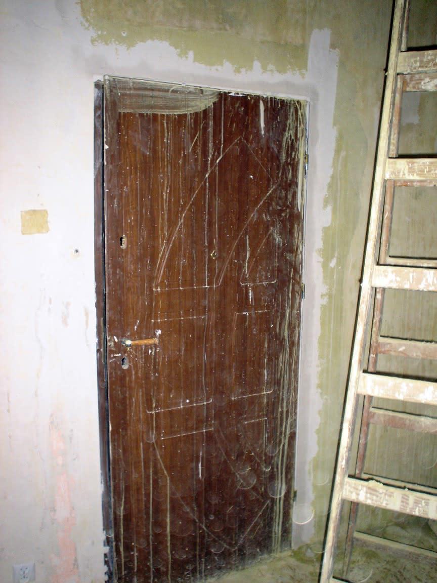zatkane szpary wokół drzwi