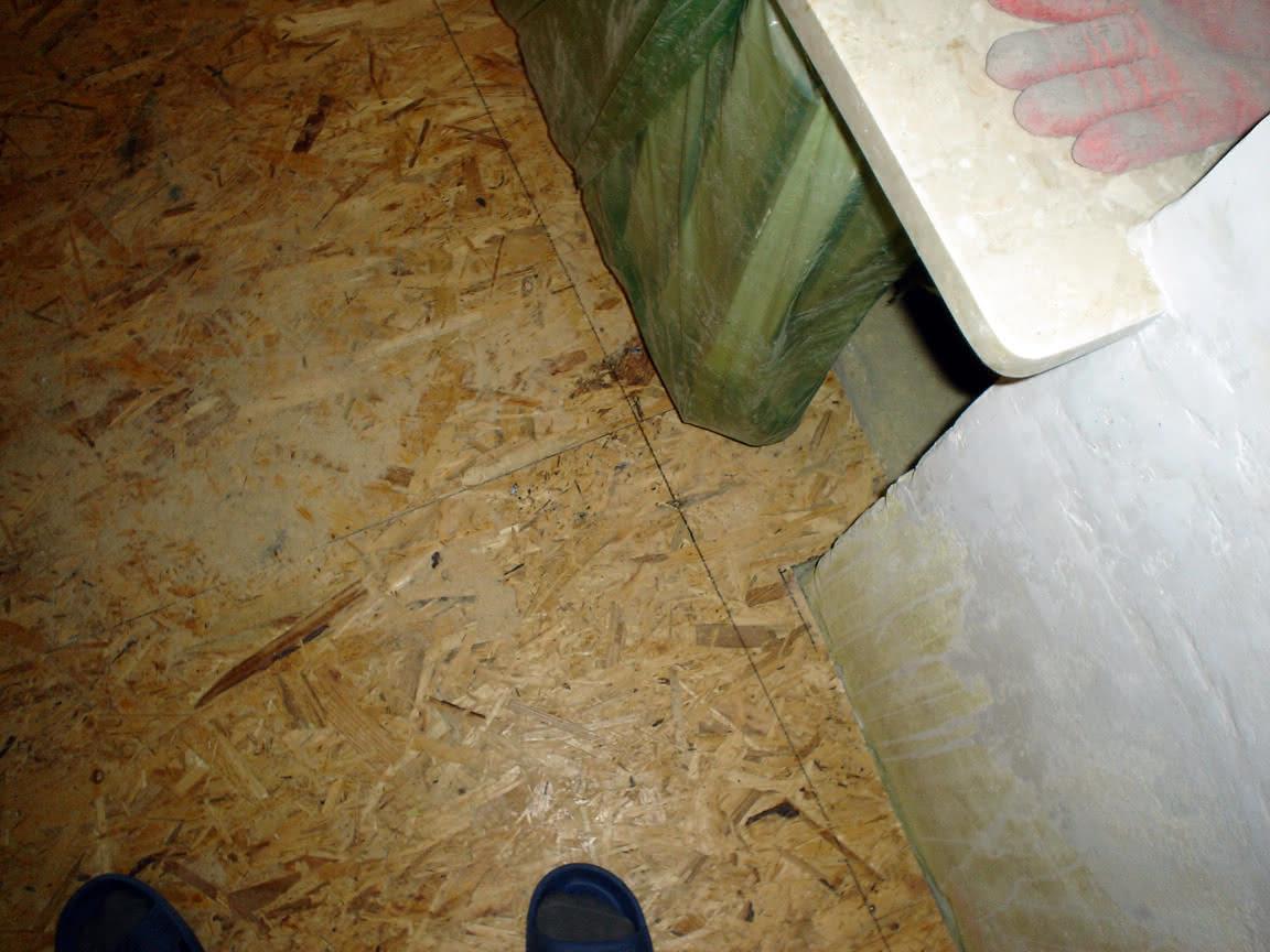 podłoga koło parapetów