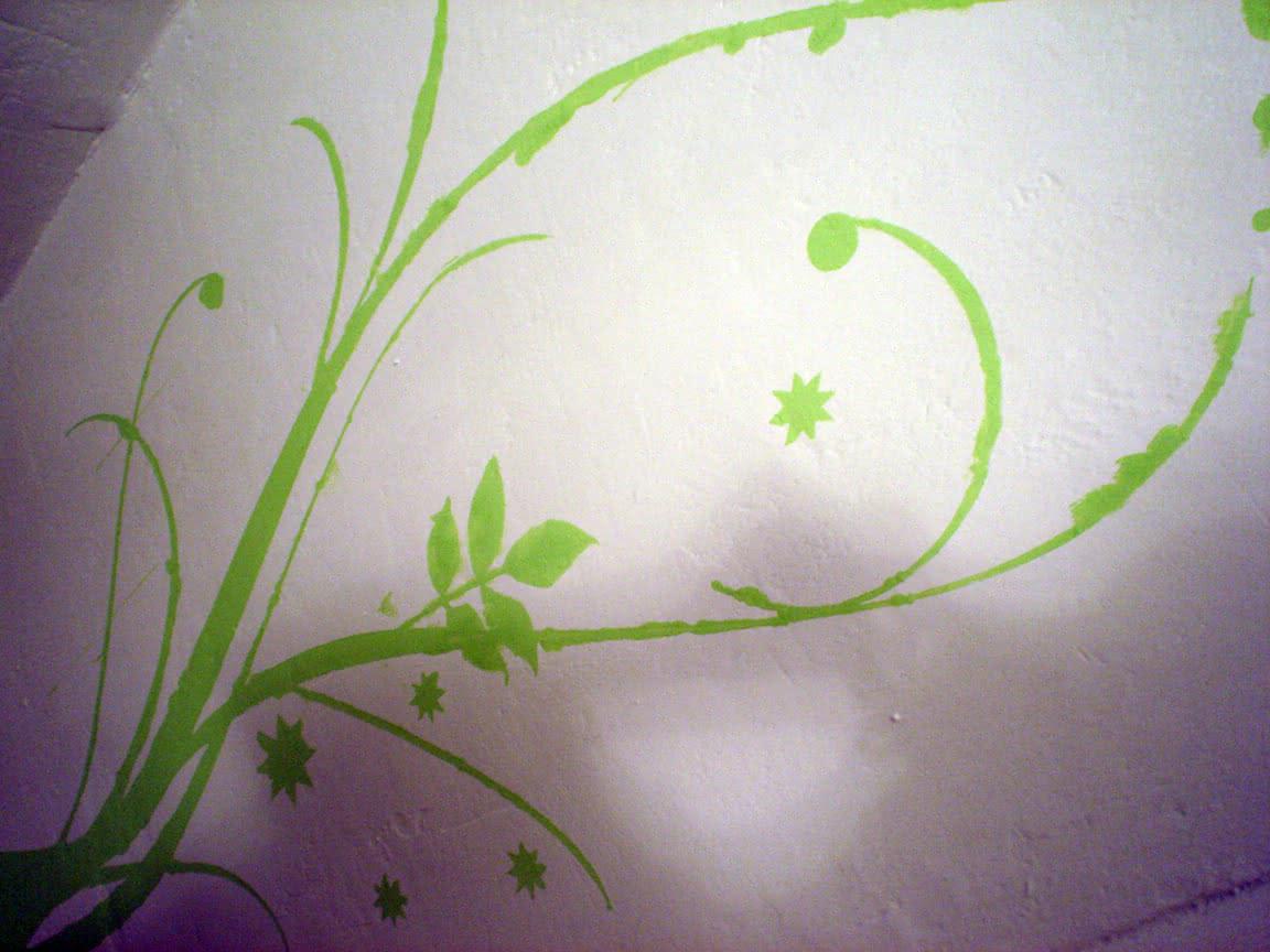 kwiatek na ścianie