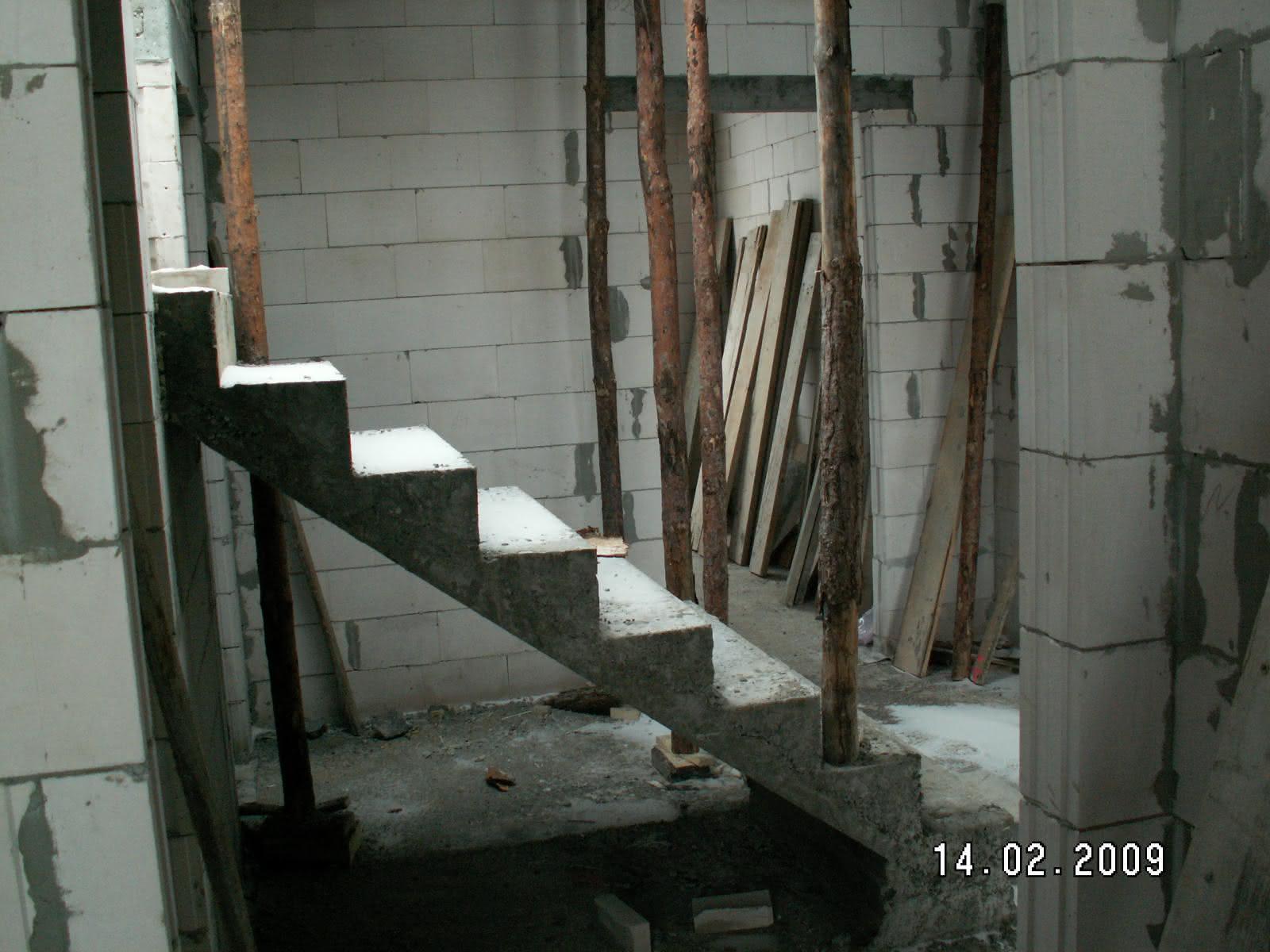 schody po wylaniu (widok z pokoju od str wejścia)