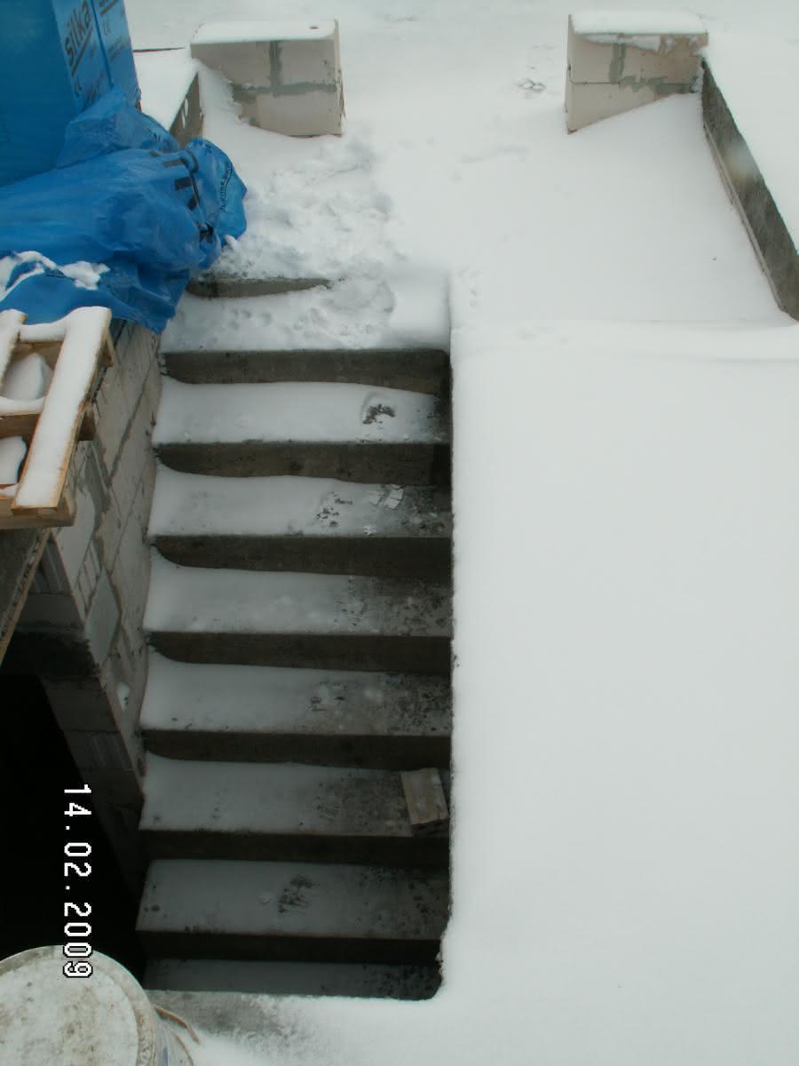 schody po wylaniu (widok klatki schodowej z góry)