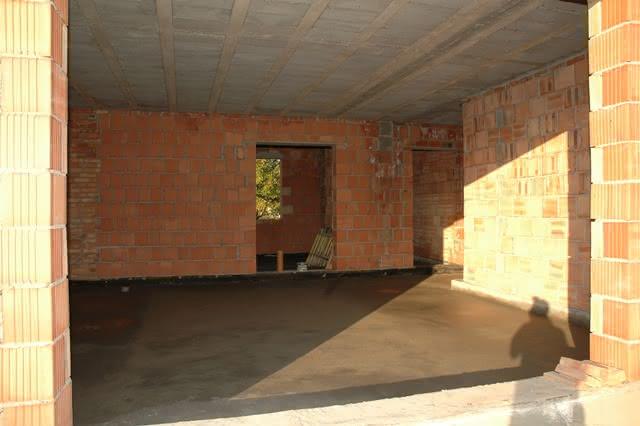salon, w dalszym planie wejście do kuchni