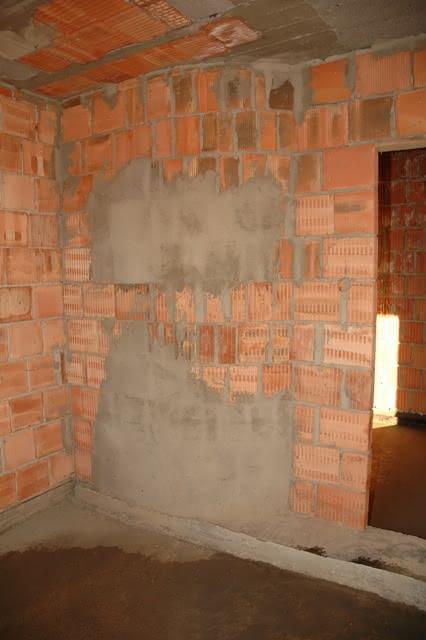 krzywa sciana w pokoju przy schodach