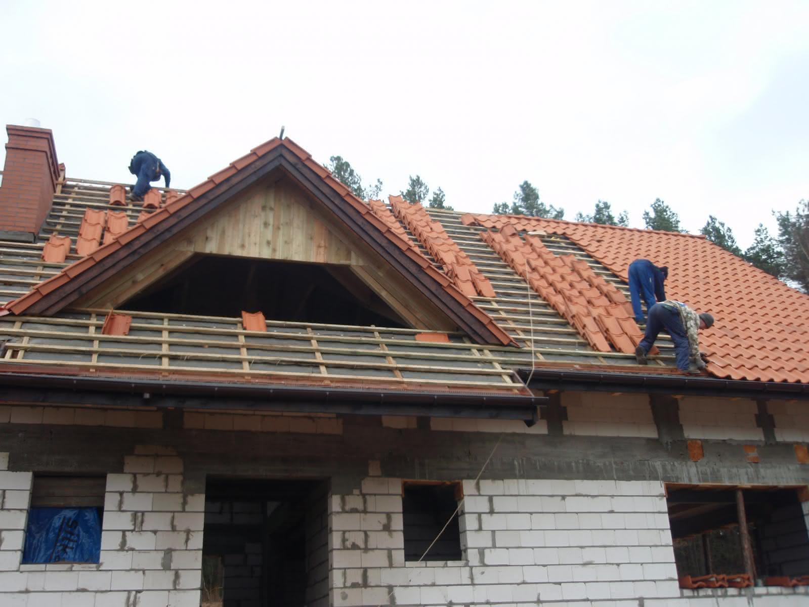 układanie dachówki na budynku mieszkalnym