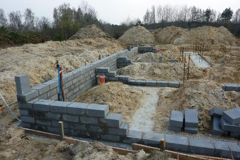 Murujemy ścianki fundamentowe z bloczków betonowych