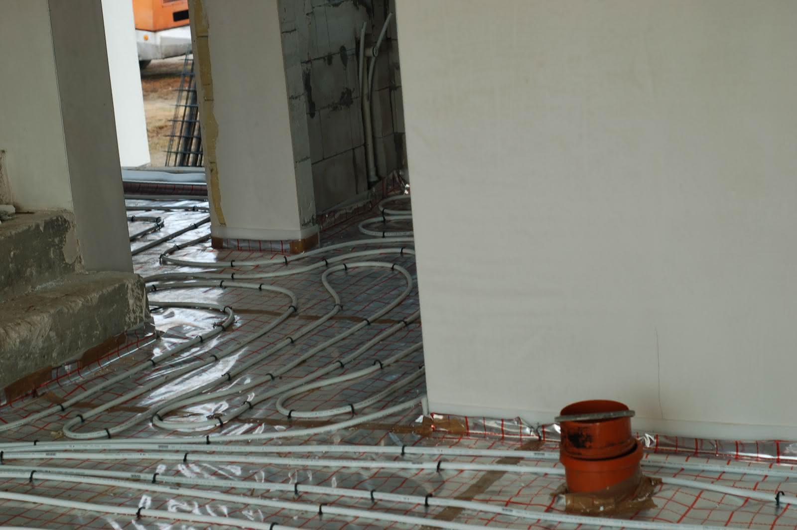 rurki do ogrzewania podłogowego - wyjście z salonu, przedsio