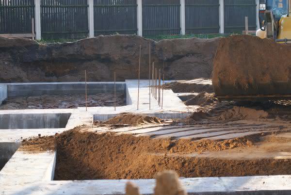 Zasypywanie fundamentu