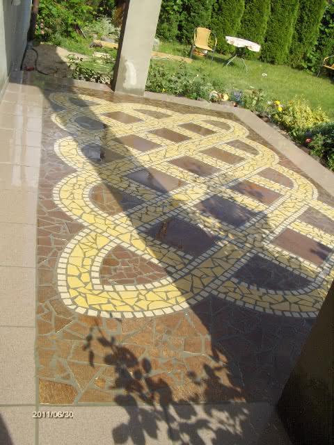 Mozaika z ceramiki na tarasie