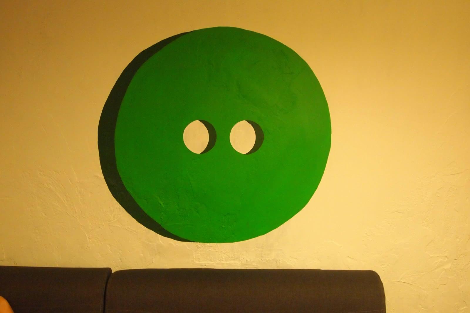 Wielki zielony guzik na ścianie
