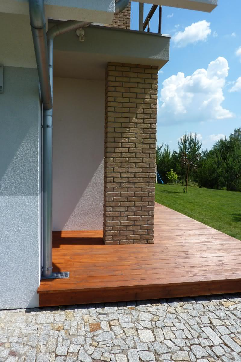 kolumna pod balkonem