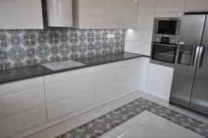 Płytki cementowe nad blatem w kuchni