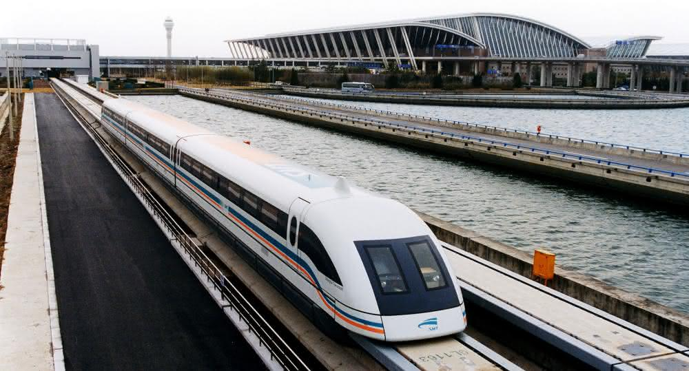 1920px-A_maglev_train_coming_out,_Pudong