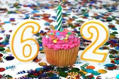2835989-liczba-62-celebracji-cupcake-przy--wiecach-i-kropi-konfetti-w-tle.jpg
